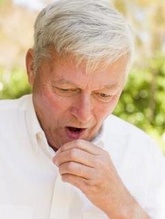 Mann hustet: Bronchospasmus, verengte Atemwege