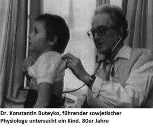 Dr. Buteyko untersucht ein Kind