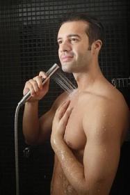 Mann nimmt kalte Dusche