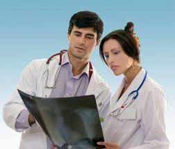Ärzte die mit der Buteyko Methode arbeiten begutachten ein Röntgenbild