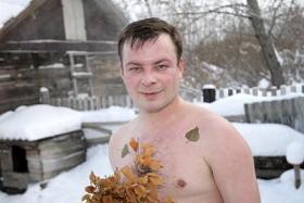 Mann nackt in Kälte für natürliche Gesundheit