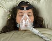 Kranke Frau mit Hyperkapnie am Sauerstoffgerät